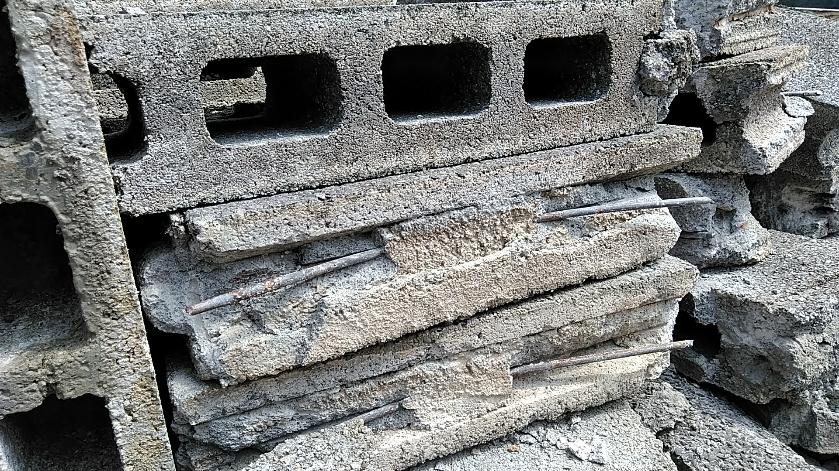 ブロック塀解体中の写真